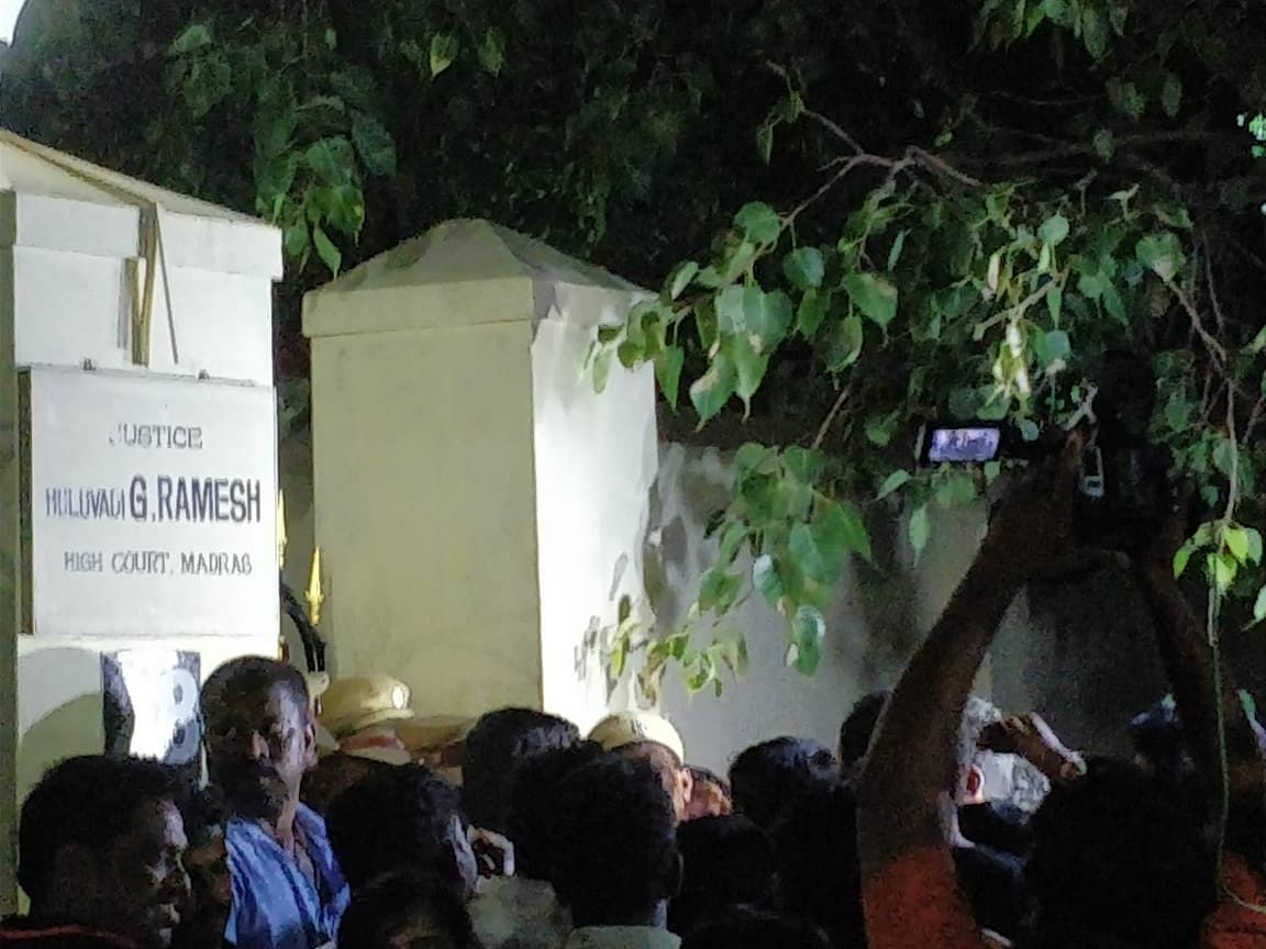 Madras HC holds midnight hearing for plea to allow Karunanidhi burial at Marina Beach