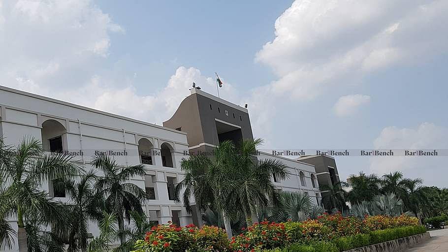 आभासी सुनवाई: गुजरात HC ने कार मे धूम्रपान करते दिखे वकील की बिना शर्त माफी, अवांछनीय अध्याय बंद कर दिया [आदेश पढ़ें]