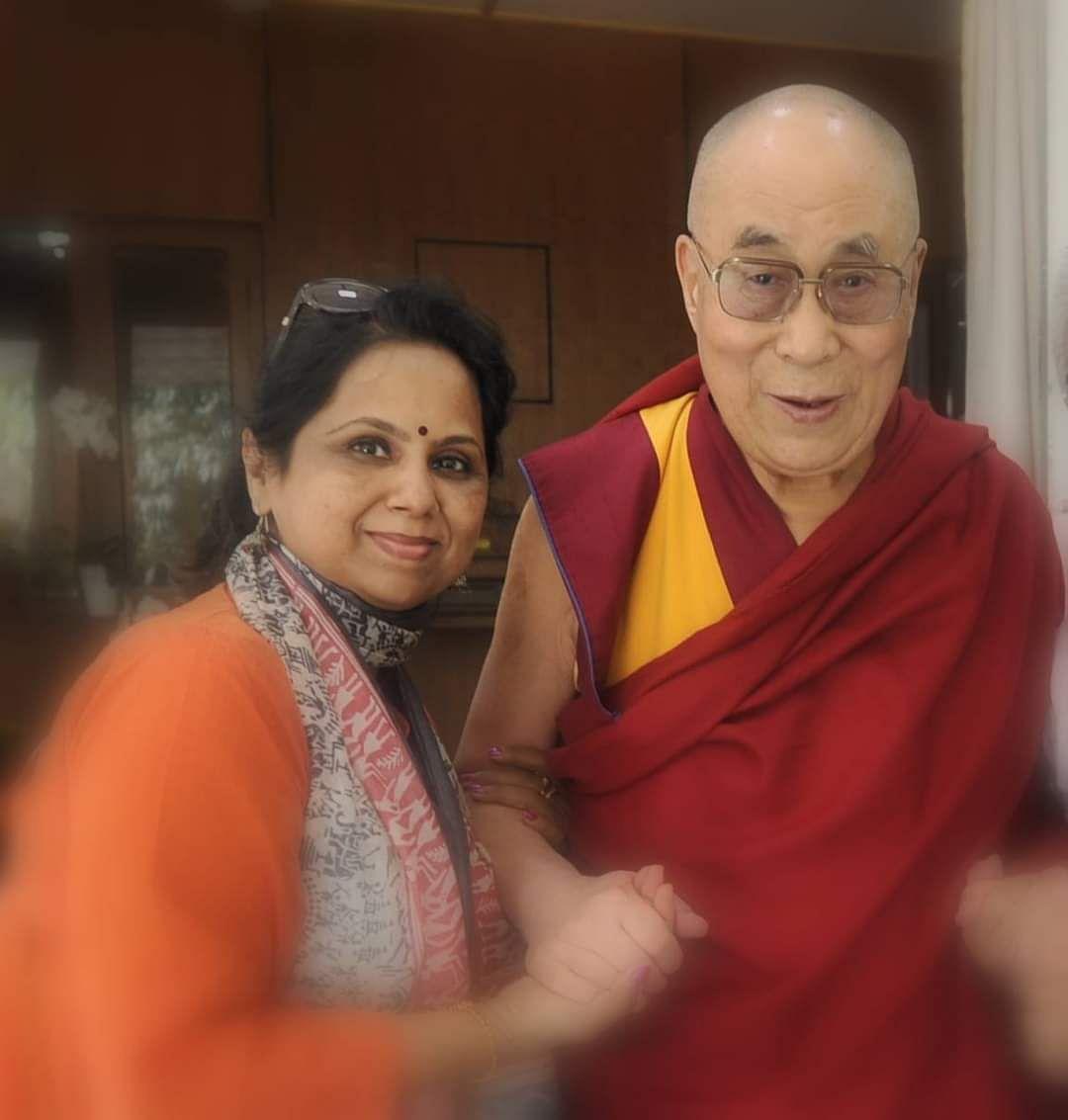 ಬೌದ್ಧರ ಪರಮೋಚ್ಛ ಗುರು ದಲೈಲಾಮಾ ಅವರೊಂದಿಗೆ.