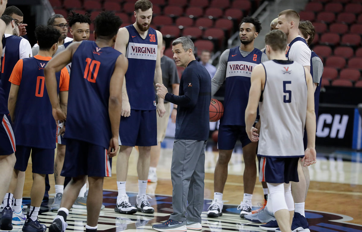 Virginia head coach Tony Bennett (center) talks to his team during practice  Wednesday (Michael Conroy)