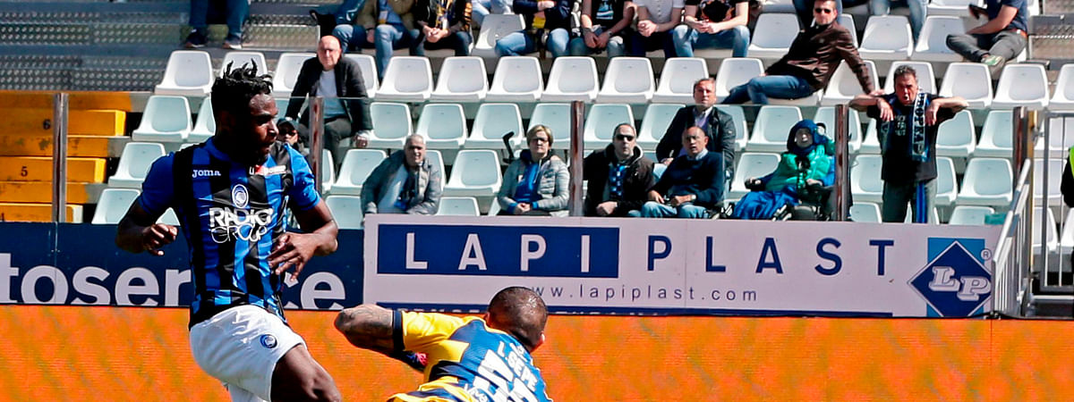 Atalanta's Duvan Zapata, left, scores during the Serie A soccer match between Atalanta and Parma on March 31, 2019.