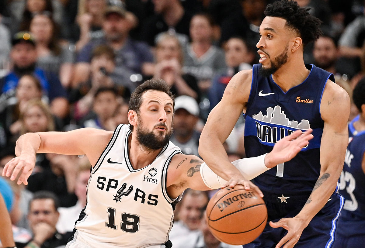 San Antonio's Marco Belinelli goes for the ball as he defends Mavericks' Courtney Lee Wednesday (Darren Abate)