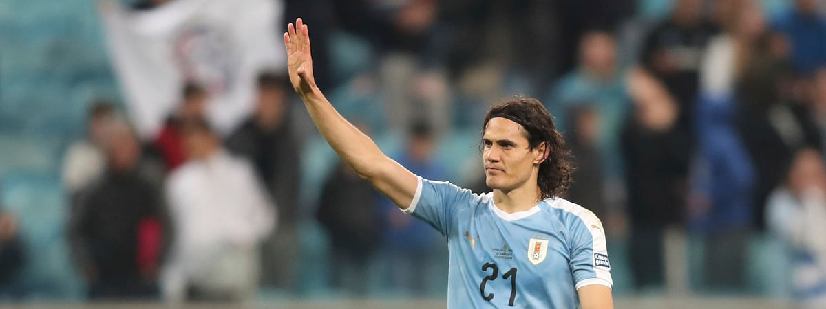 Uruguay's Edinson Cavani waves to fans at the end of a Copa America Group C soccer match on June 20 (Edison Vara)