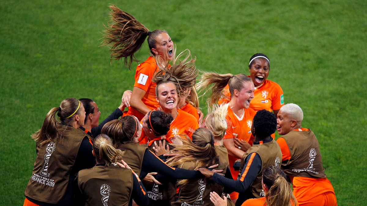 Lieke Martens scores twice to lead The Netherlands to a 2-1 victory over Japan – the Dutch advance to the Women's World Cup quarterfinals