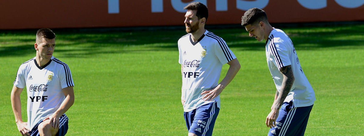 Argentina's Lionel Messi (center) warms up during a practice session on June 18 (Eugenio Savio)