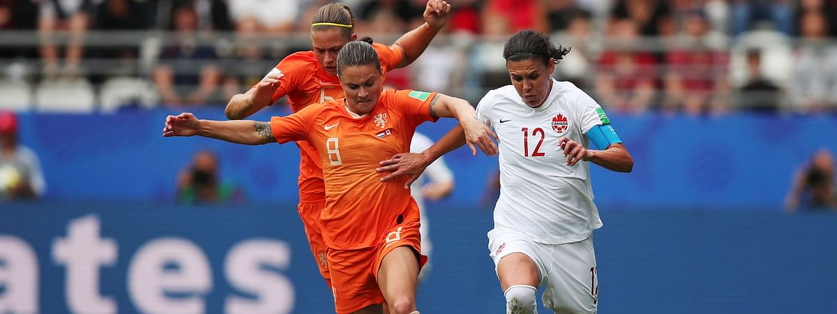 Netherlands' Sherida Spitse (left) battles Canada's Christine Sinclair for control of the ball in their match on June 20 (Francisco Seco)