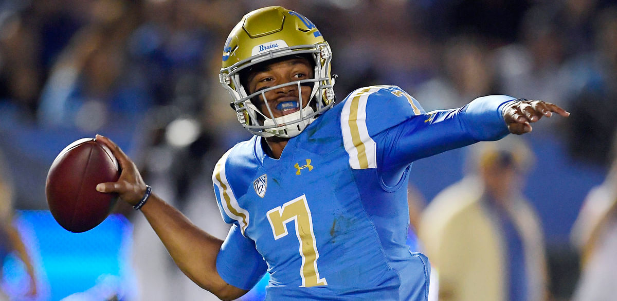 UCLA quarterback Dorian Thompson-Robinson passes against Arizona on Oct. 20, 2018 (Mark Terrill)