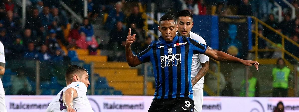 Atalanta's Luis Muriel, right, and Fiorentina's Nikola Milenkovic challenge for the ball during the Italian Serie A soccer match between Atalanta and Fiorentina at the Tardini stadium in Parma, Italy, Sunday, Sept. 22, 2019. (Paolo Magni/ANSA via AP)