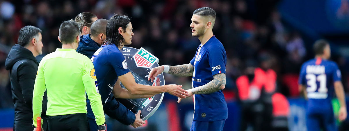 PSG's Mauro Icardi, right, is replaced by teammate Edinson Cavani during French League One soccer match between Paris Saint-Germain and Lille at the Parc des Princes stadium in Paris, Friday, Nov. 22, 2019.