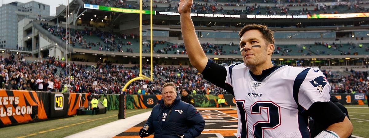 En esta foto del 15 de 2019, el quarterback Tom Brady de los Patriots de Nueva Inglaterra de 2019 saluda al público al final de un juego ante los Bengals de Cincinnati.