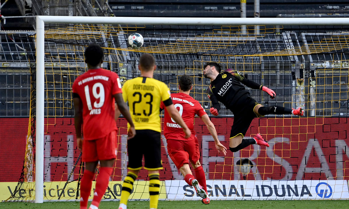 Bayern Munich beats Borussia  Dortmund, closes in on 8th straight Bundesliga thanks to Joshua Kimmich's long-range lob