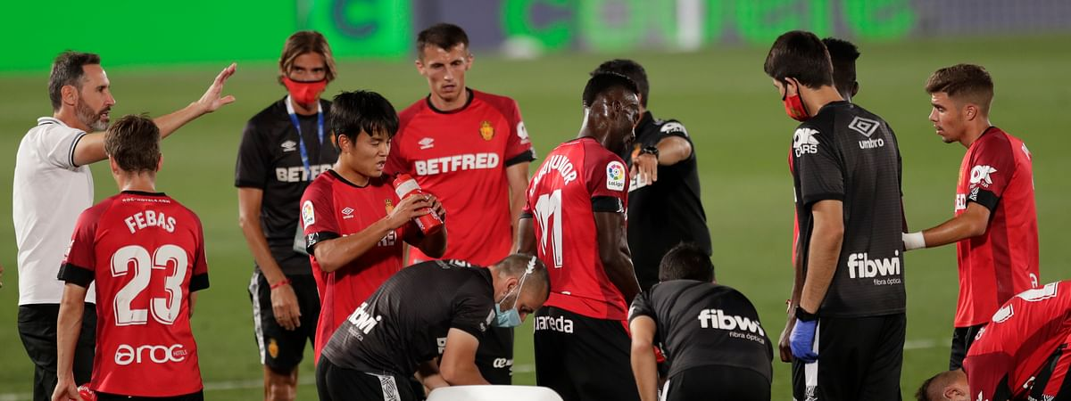 Mallorca's head coach Vicente Moreno, left, talks with his players during the Spanish La Liga soccer match between Real Madrid and Mallorca at Alfredo di Stefano stadium in Madrid, Spain, Wednesday, June 24, 2020.