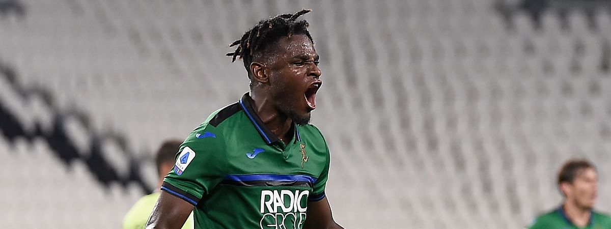 Atalanta 's Duván Zapata celebrates after scoring during the Serie A soccer match between Juventus and Atalanta at the Allianz Stadium in Turin, Italy, Saturday, July 11, 2020.