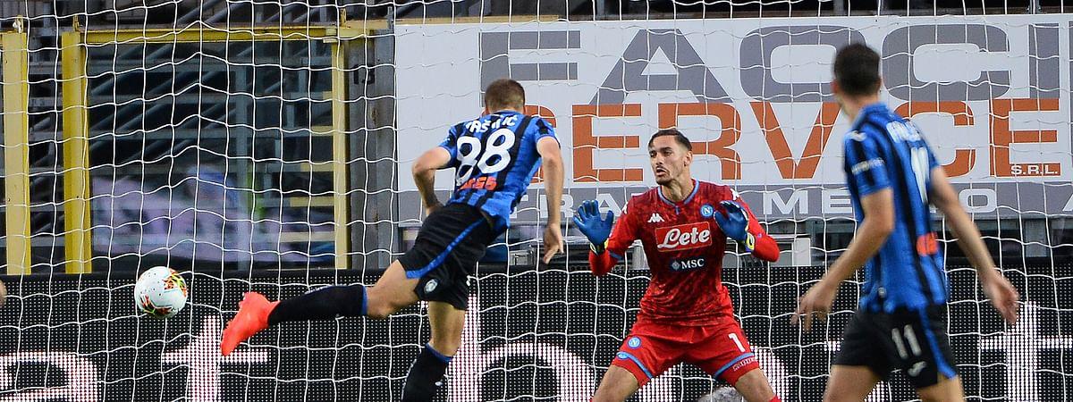 Atalanta's Mario Pasalic, left, scores his side's opening goal during a Serie A soccer match between Atalanta and Napoli, at Bergamo's Stadium, northern Italy, Thursday, July 2, 2020.
