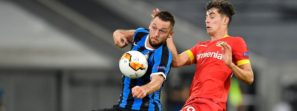 Inter Milan's Stefan de Vrij, left, challenges for the ball with Leverkusen's Kai Havertz during the Europa League quarter finals soccer match between Inter Milan and Bayer Leverkusen at Duesseldorf Arena, in Duesseldorf, Germany, Monday, Aug. 10, 2020.