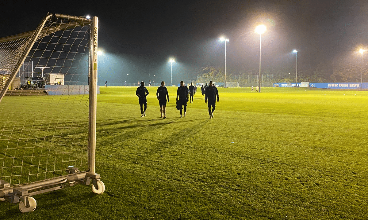 Hamburg Soccer, training at night in preparation for its match against Holstein Keil.
