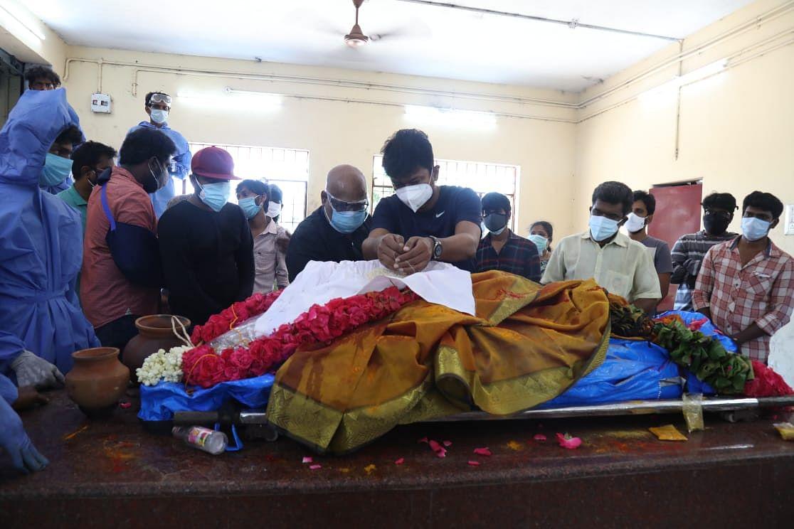 அருண்ராஜா மனைவி உடலுக்கு நேரில் அஞ்சலி செலுத்திய உதயநிதி!