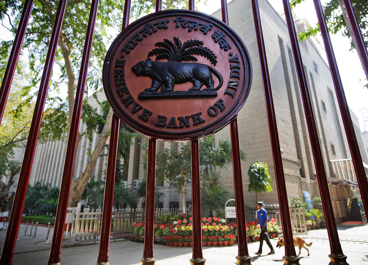 Top Ex-Central Bankers Oppose India Plan for Overseas Bond Sale