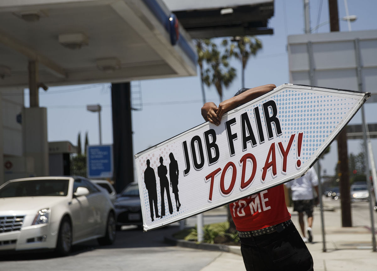 Young Americans Struggle to Find Jobs, Internships This Summer
