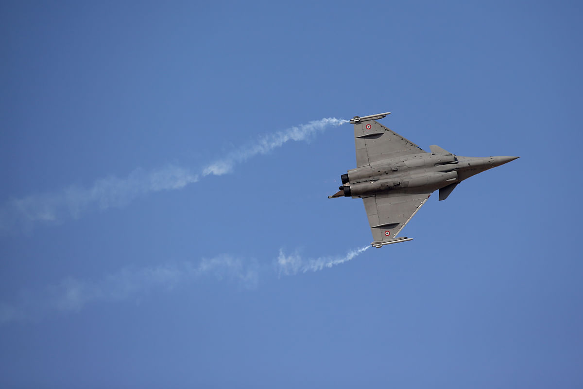 A Rafale fighter jet, manufactured by Dassault Aviation SA, performs an aerial display on the second day of the 14th Dubai Air Show at Dubai World Central (Photographer: Jasper Juinen/Bloomberg)
