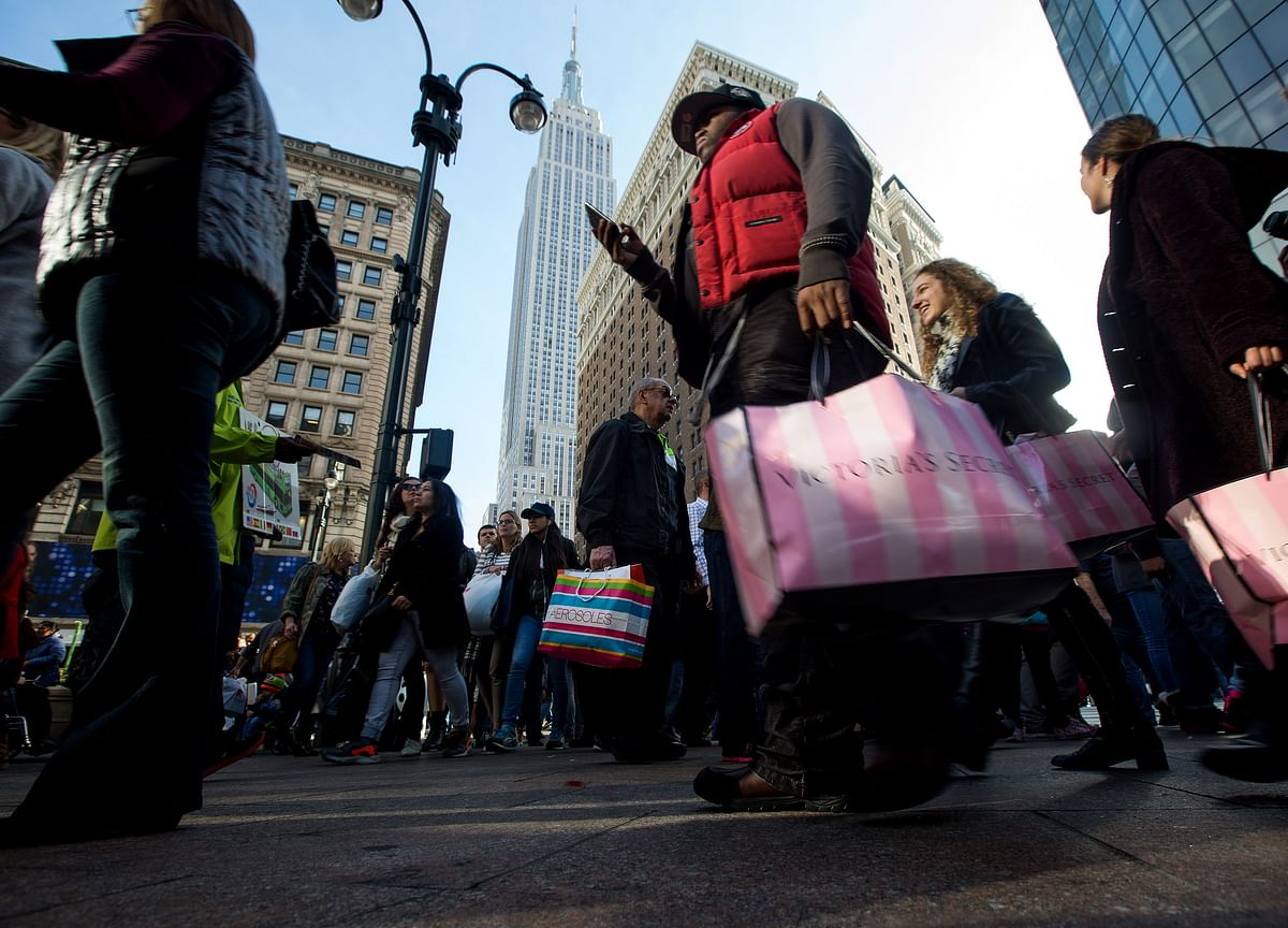 U.S. Consumption, Incomes Pick Up in Sign of Holiday Cheer