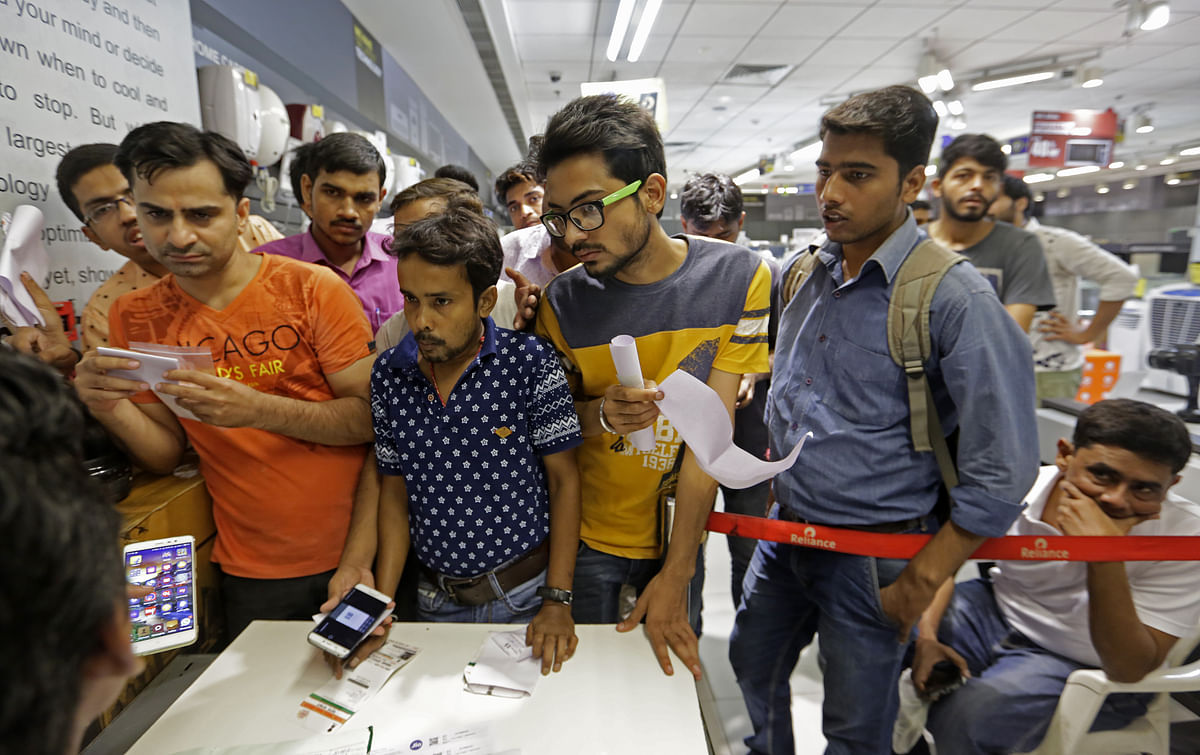 Reliance Jio Draws Big Crowds But SIM Card Scarcity, Delayed Activation Disappoint Customers