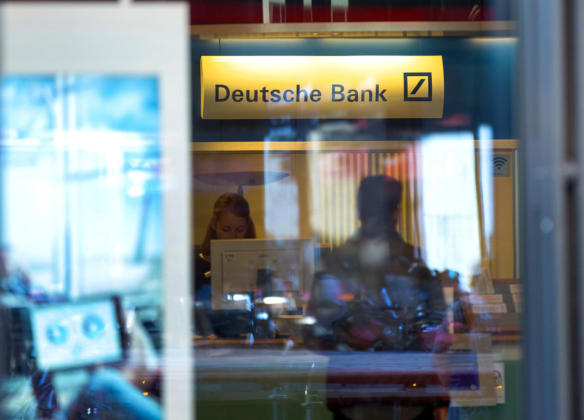 Deutsche Bank Considers Cutting Bonus Pool by as Much as 20%