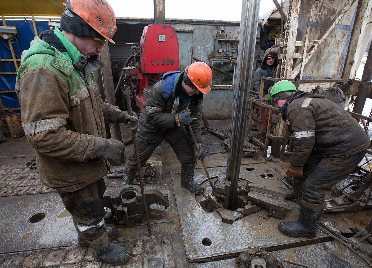 Oil Falls as Soaring Trade-War Tensions Spark Flight From Risk