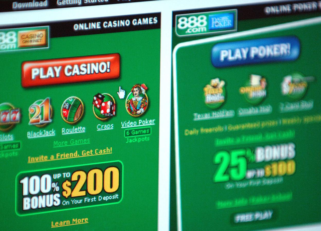 Macau Casino Stocks Flash Warnings That Preceded 2014 Crash