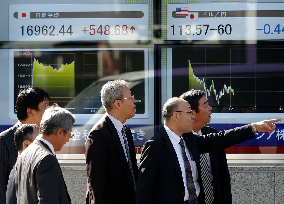 Stocks Fall on Politics and Trade Risks; Oil Gains: Markets Wrap