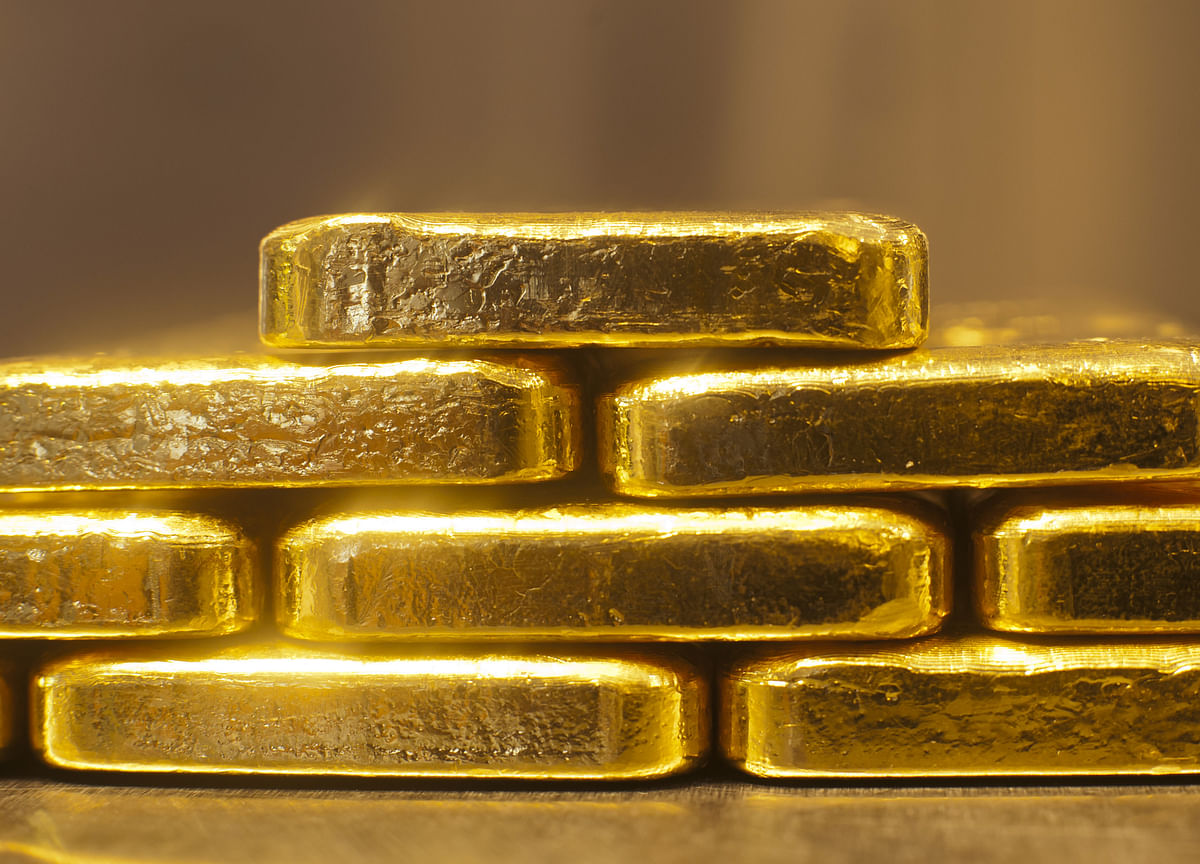 Gold Declines as Treasury Yields Advance, Dollar Pares Losses