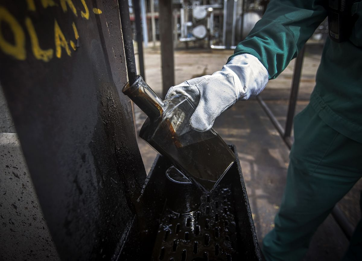Crude Advances For Fourth Week as Supply Jitters Stoke Concern