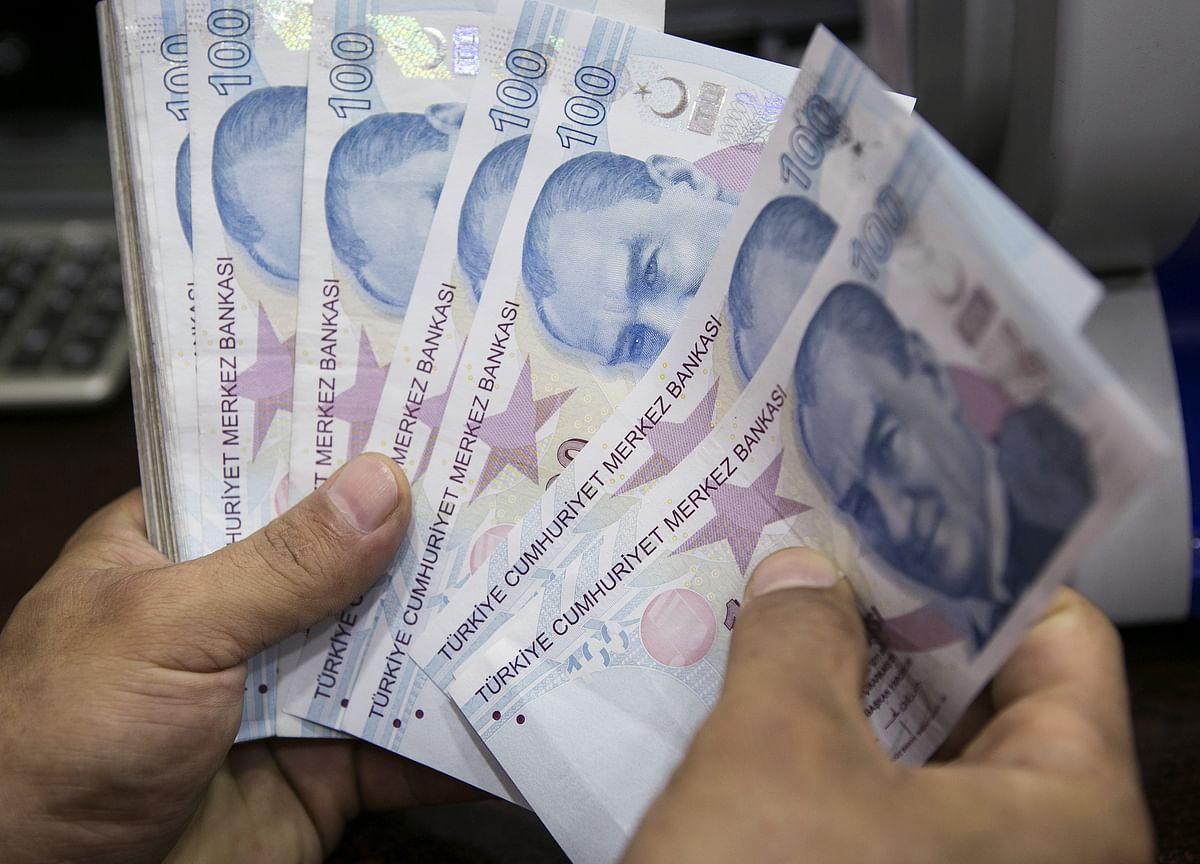 Lira Extends Fall as Reserve Measures Compound Risk-Off Rout