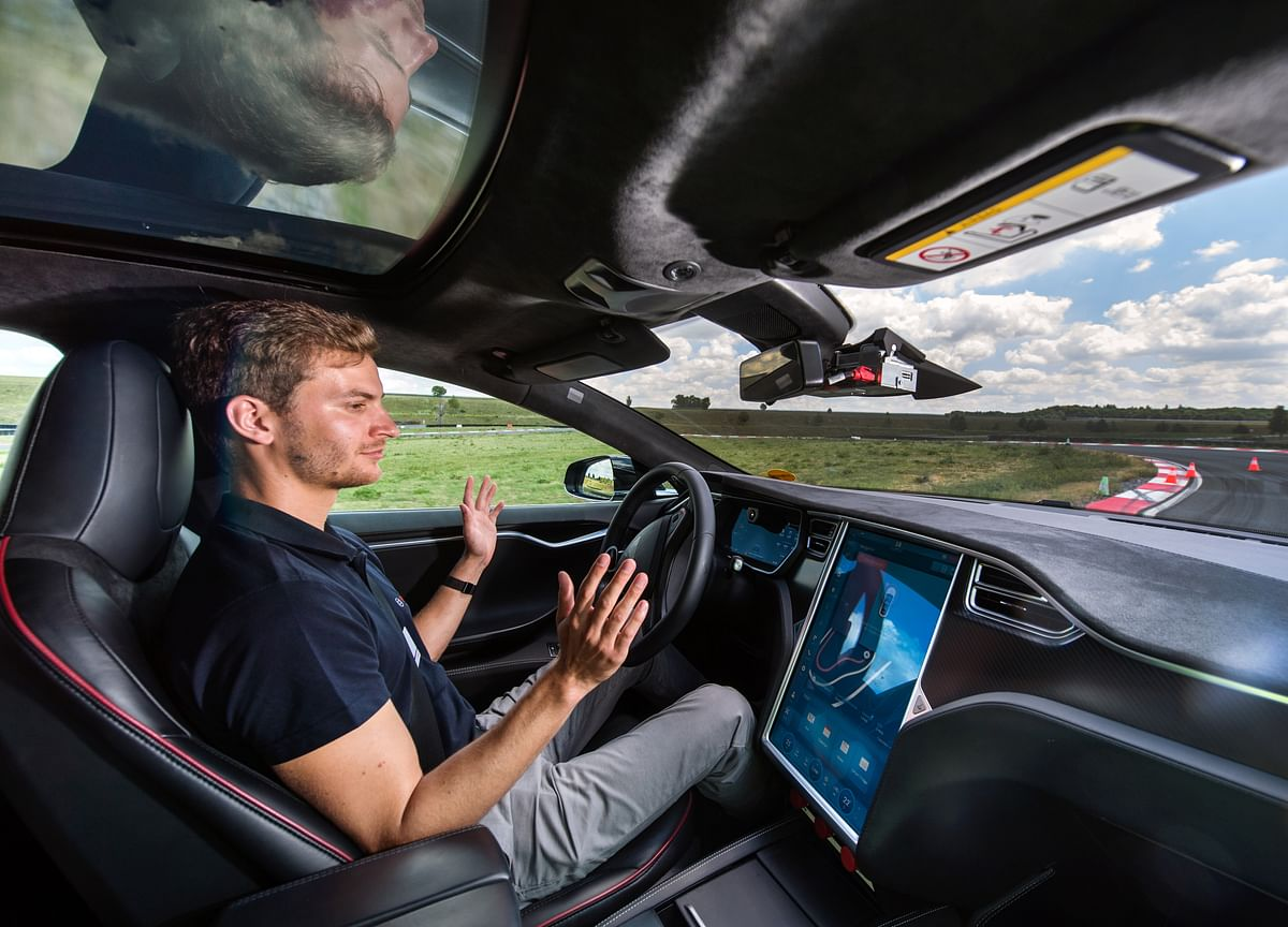 Tesla Cars May Stream Netflix, YouTube When Not Moving