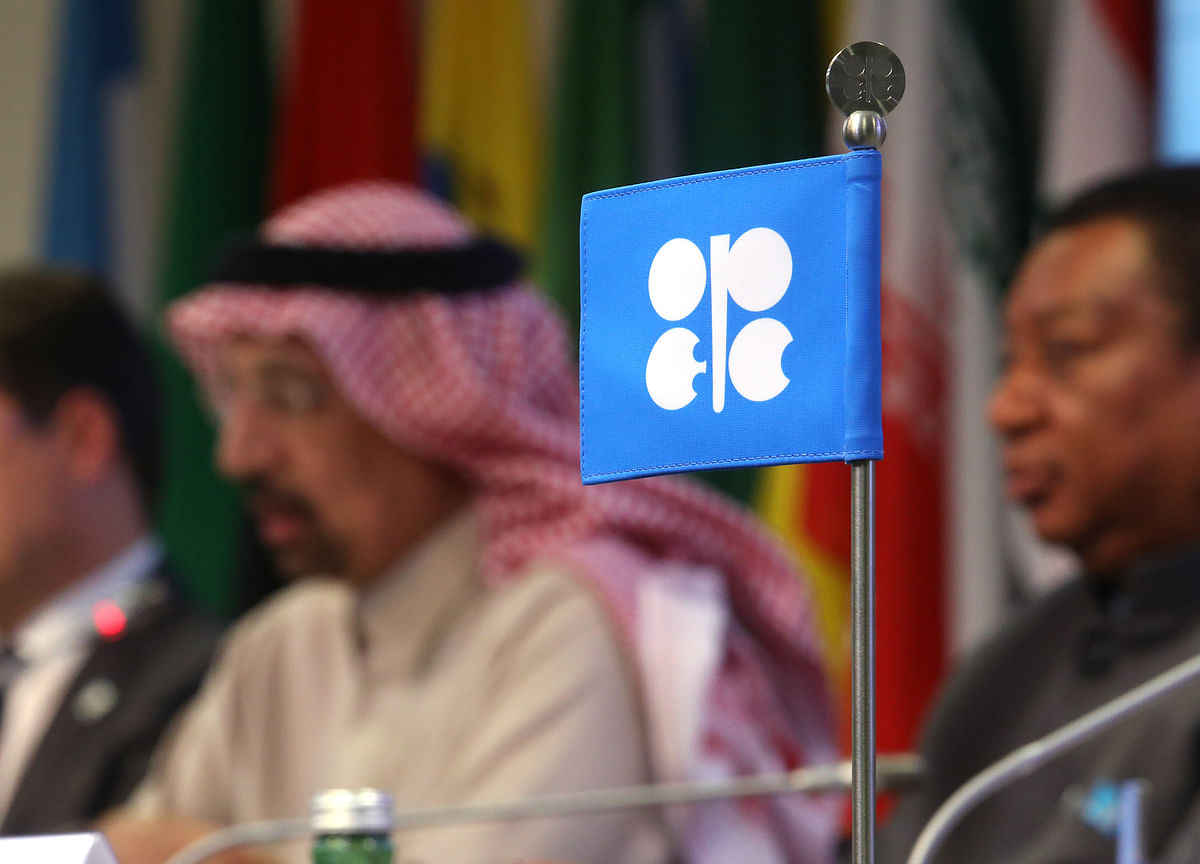 OPEC+ Weighs Bigger Output Cut on Increasing Risk of Glut
