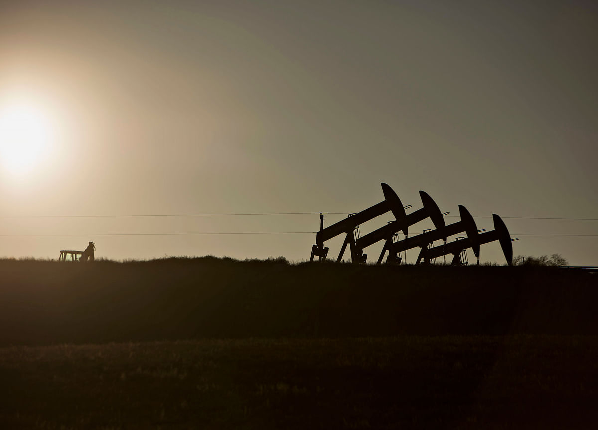 Oil Dips as Industry Data Shows U.S Crude, Gasoline Stock Build