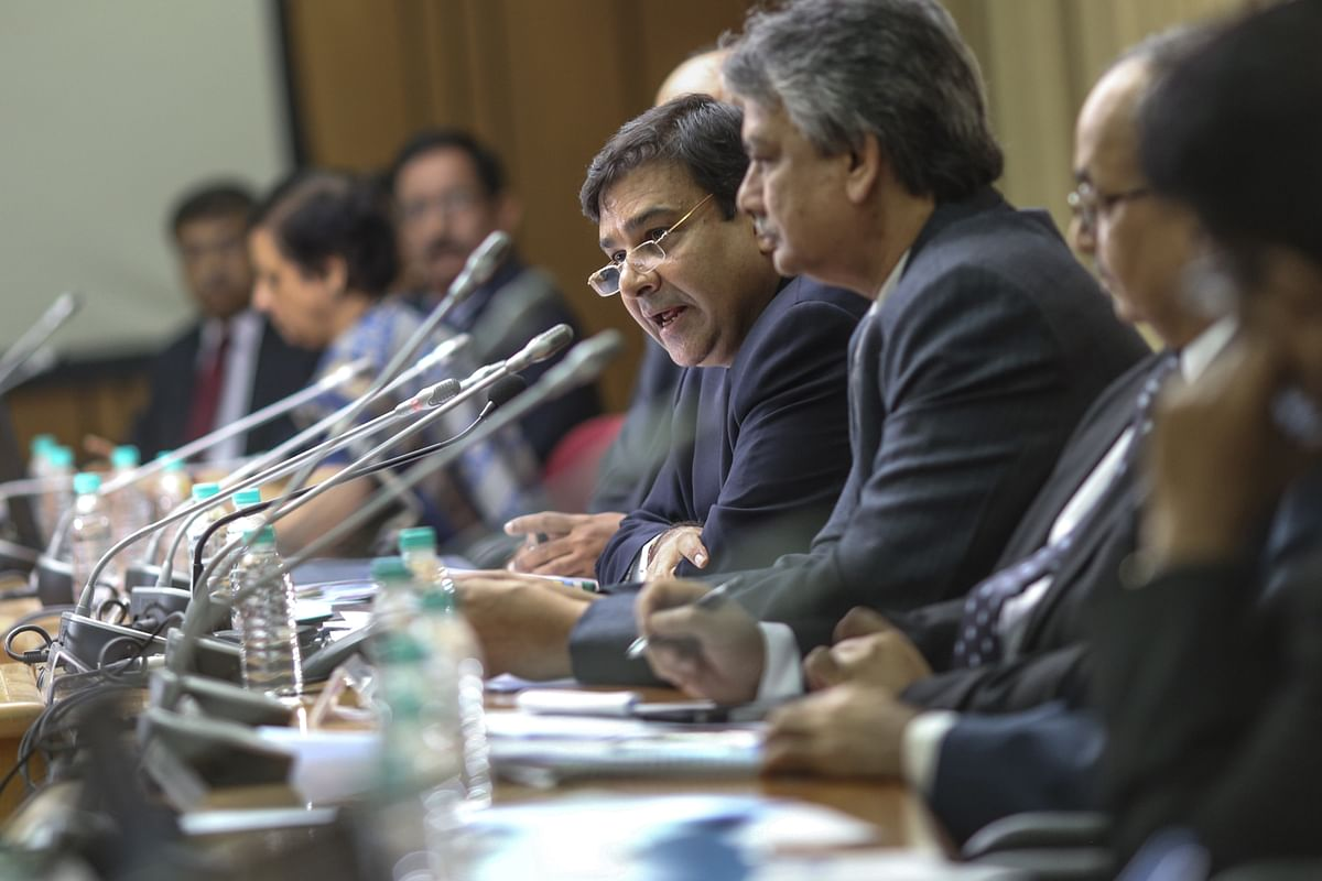 Urjit Patel, governor of the Reserve Bank of India (RBI), centre, speaks during a news conference in Mumbai, India. (Photographer: Dhiraj Singh/Bloomberg)