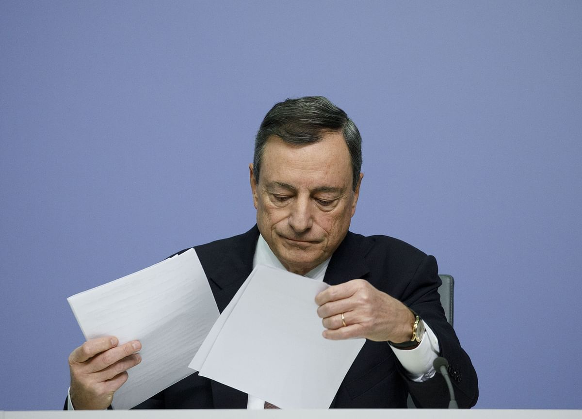 Draghi Sees Risks on Downside as ECB Analyzes Negative Rates