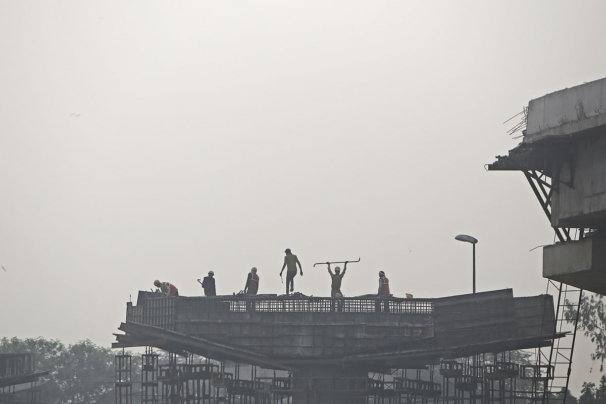 Workers labor on a construction site in New Delhi, India, on  Dec. 4, 2017. (Photographer: Anindito Mukherjee/Bloomberg)
