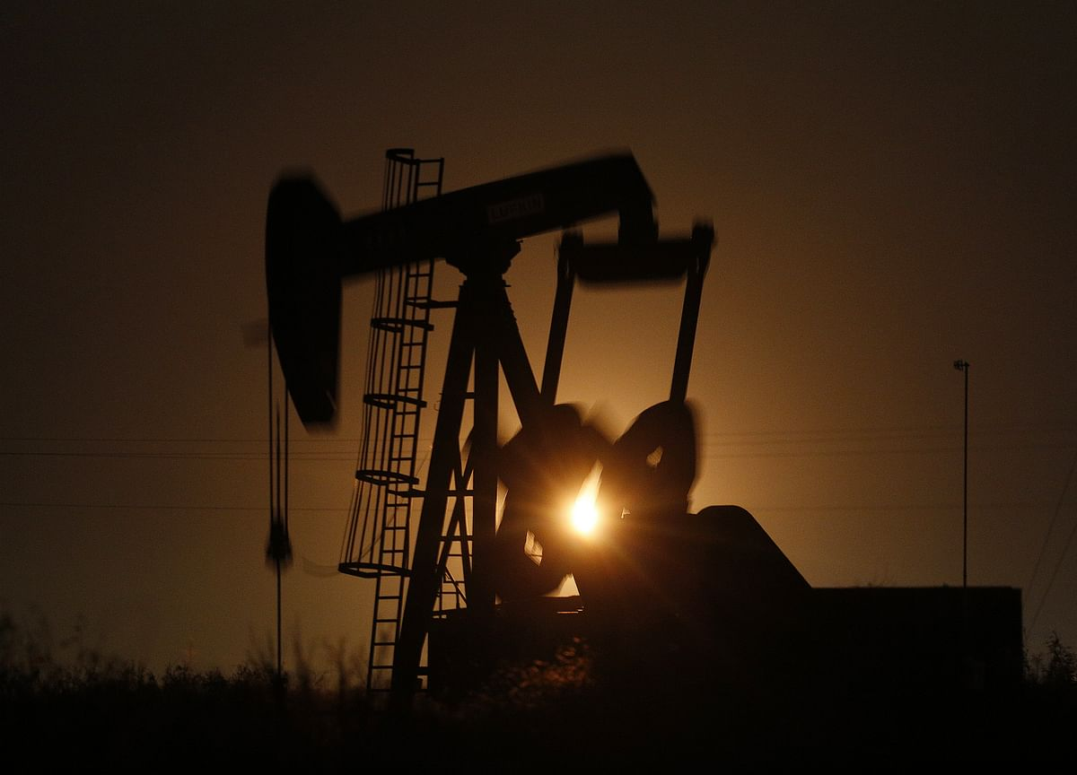 Oil Extends Losing Streak as Economic Woes Cloud Demand Outlook