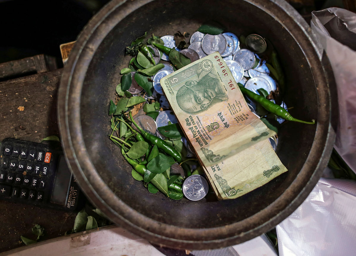 Carry Bets May Go Awry as Rupee Becomes Asia's Worst Performer