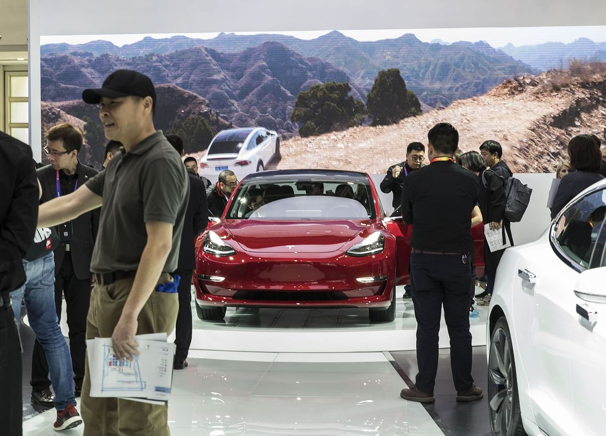 Tesla Slumps to Lowest in a Month on Lost Model 3 Recommendation