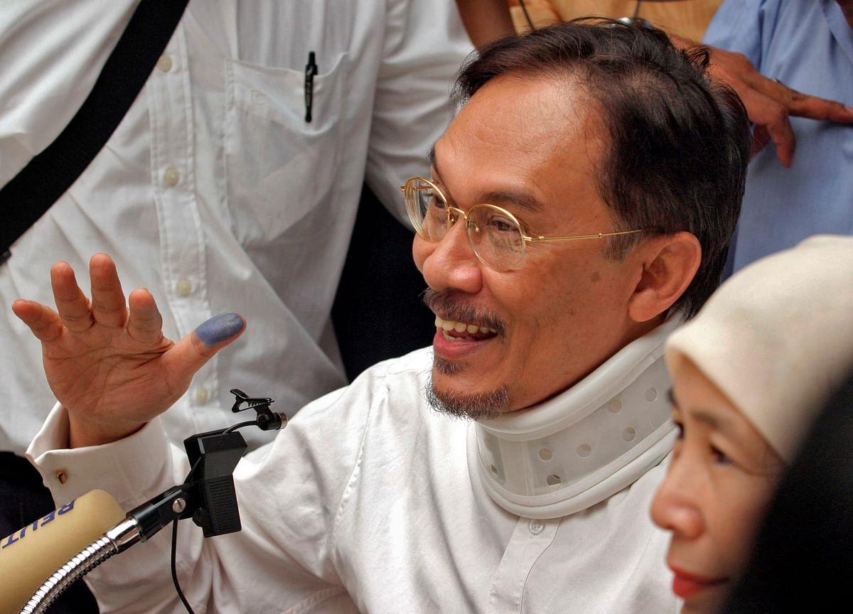 Malaysia King to Pardon Anwar Immediately, Mahathir Says