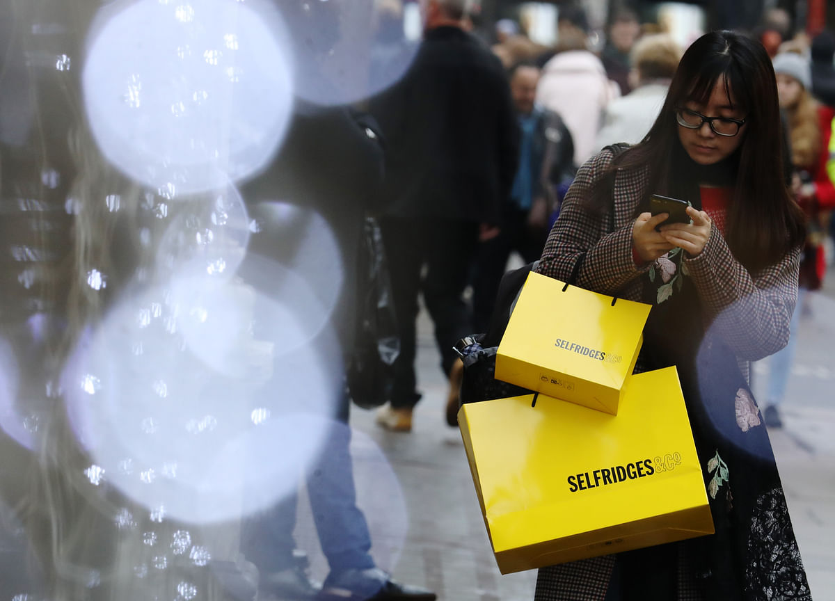 U.S. Consumer Confidence Declines With Economic Optimism Cooling