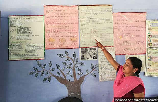 <em>Anganwadi</em> worker Annapurna explaining nutrition charts at Pitrupar Mehendia village in Farrukhabad.