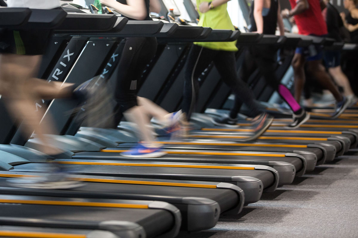 People run on treadmills to exercise during a work out session. (Photographer: Simon Dawson/Bloomberg)