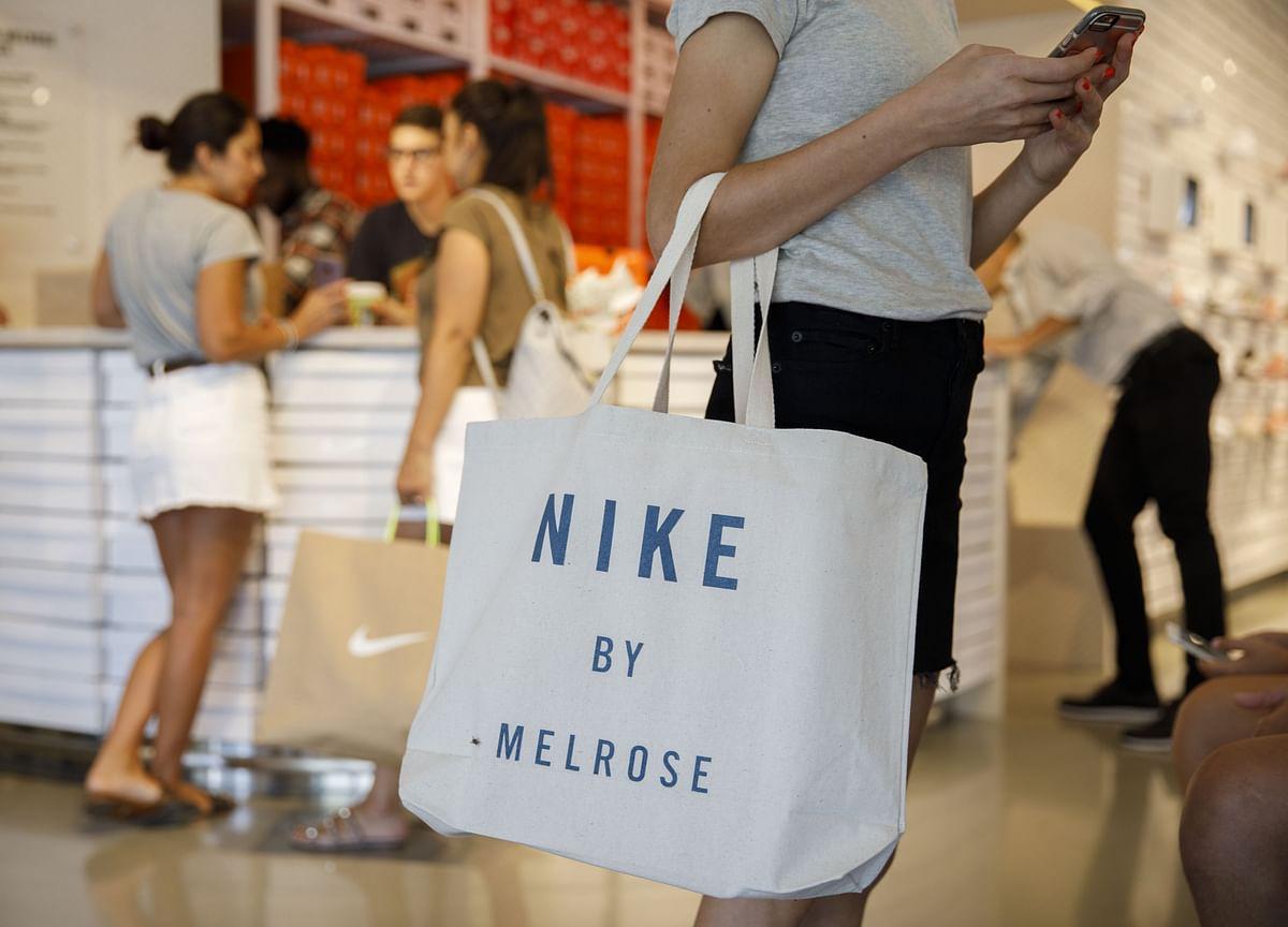 U.S. Consumer Comfort Rose to New 17-Year High on Economic Views