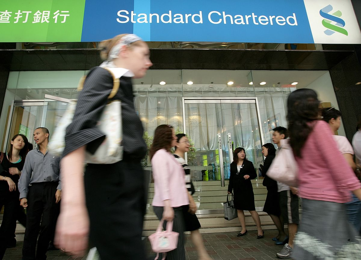 StanChart to Take $900 Million Charge Over U.S., U.K. Probes
