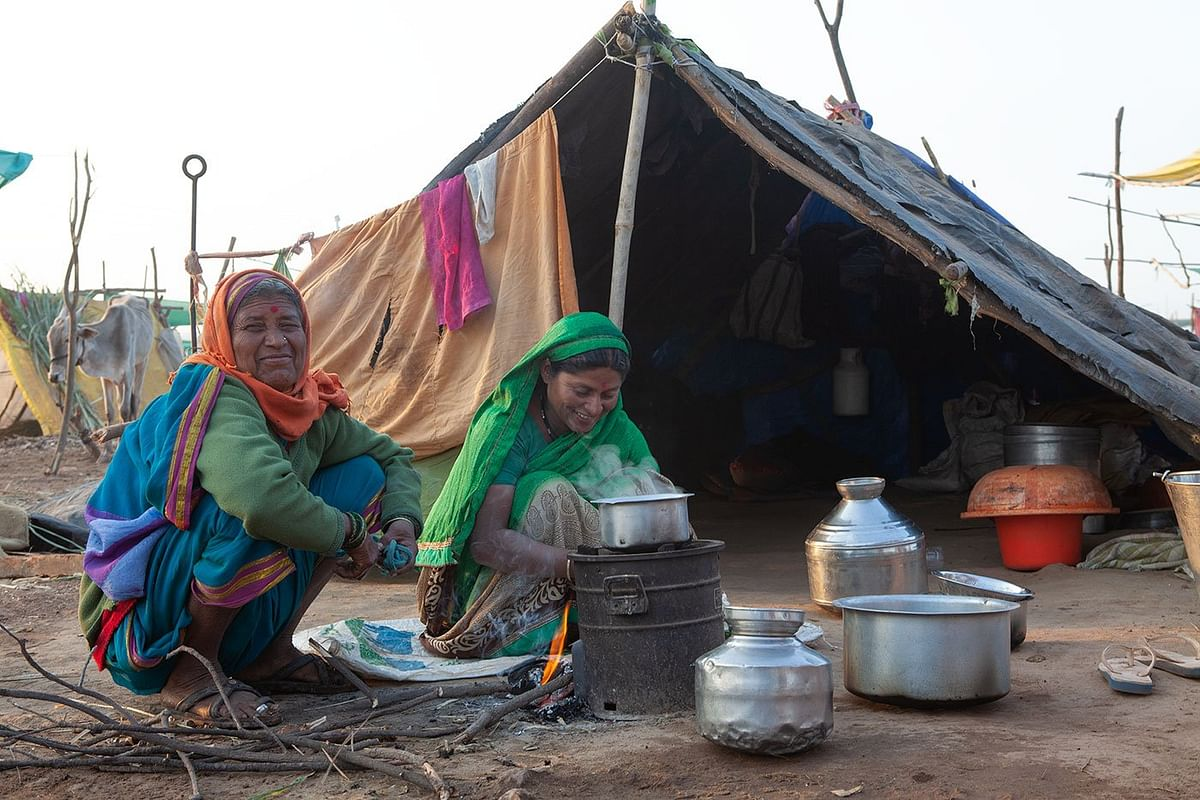 Sangeeta handles numerous tasks at the camp and at home (with her is Lilabai Virkar). (Photographer: Binaifer Bharucha/People's Archive of Rural India)