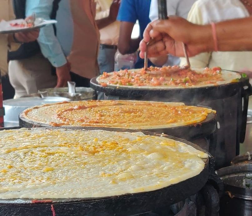 Dosas being prepared at a roadside eatery in Parel, Mumbai. (Source: BloombergQuint)